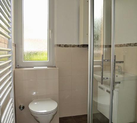 Das WC Wurde Unter Das Fenster Gesetzt Und Somit Platz Für Den Badheizkörper  Geschaffen, Die Waschtischanlage Sitzt Auf Der Anderen Seite Und Nicht Mehr  ...